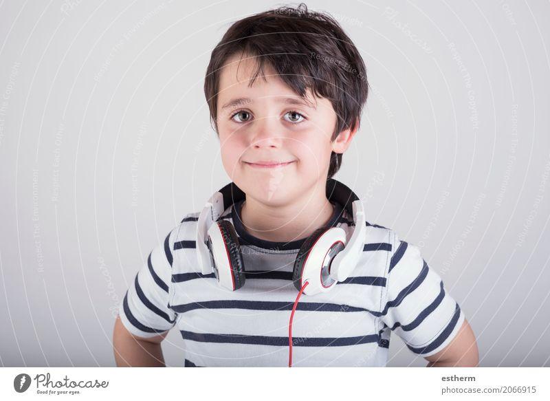 Mensch Kind Erholung Freude Lifestyle Gefühle Junge lachen Party Freizeit & Hobby maskulin Kindheit Musik Fröhlichkeit Lächeln Kultur