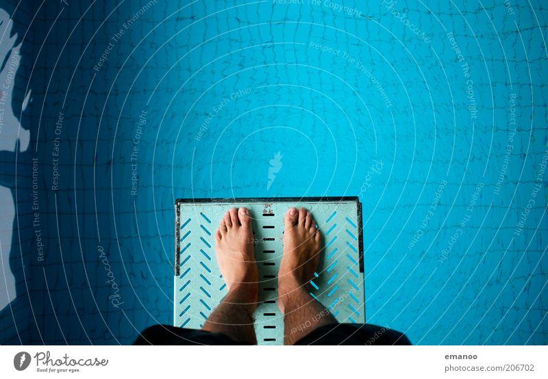 a giant leap for mankind Sport Wassersport Sportler Schwimmbad Mensch maskulin Beine Fuß 1 springen stehen blau Mut Angst Konzentration Turmspringen fieberglas