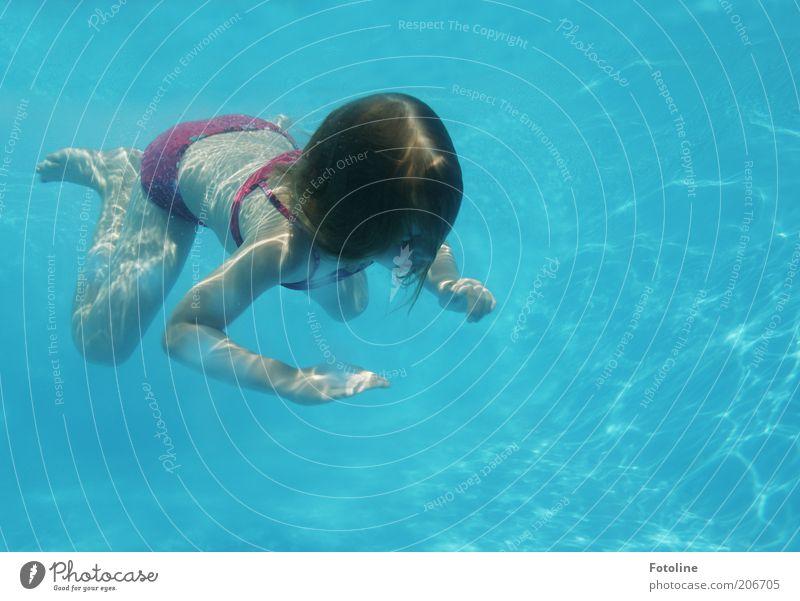 kleiner Frosch Schwimmen & Baden Freizeit & Hobby Sommerurlaub Mensch Kind Mädchen Kindheit Haut Kopf Haare & Frisuren Rücken Arme Hand Finger Beine Fuß hell