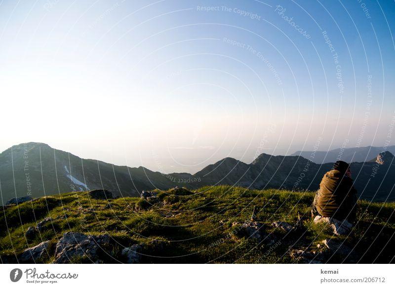 Warten auf die Nacht Mensch Rücken 1 Umwelt Natur Landschaft Urelemente Luft Himmel Horizont Sonne Sonnenaufgang Sonnenuntergang Sonnenlicht Sommer Klima