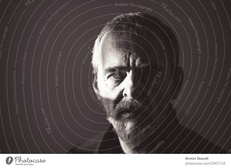 Porträt Lifestyle Stil Design schön Gesicht Mensch maskulin Mann Erwachsene Männlicher Senior Auge 1 45-60 Jahre kurzhaarig Vollbart alt bedrohlich dunkel kalt