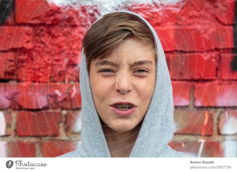 Jau Mensch Jugendliche schön Junger Mann rot Gesicht Wand Lifestyle Graffiti Gefühle Stil Spielen Mauer grau Design maskulin