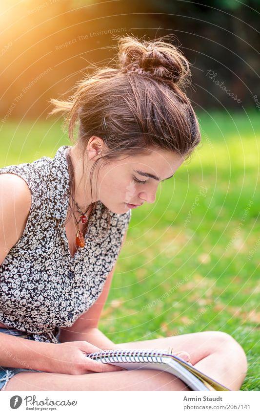Porträt, lernen in der Natur Mensch Jugendliche Junge Frau Sommer schön Lifestyle Frühling Wiese feminin Stil Kunst Freizeit & Hobby Park 13-18 Jahre