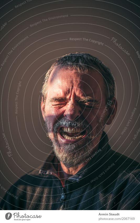 Porträt Lifestyle Stil Mensch maskulin Mann Erwachsene Senior Kopf Gesicht Auge 1 45-60 Jahre kurzhaarig Vollbart schreien Aggression dunkel gruselig rebellisch