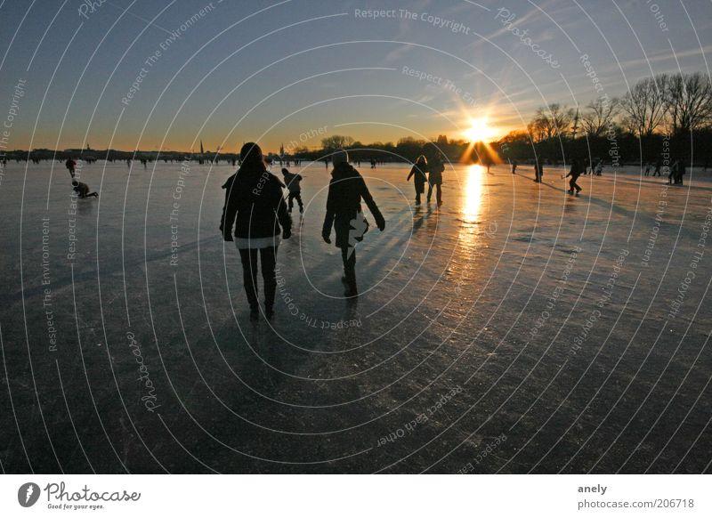 eisglatt Winter Mensch Eis Frost See Alster Hamburg gehen Leben einzigartig Erholung Stimmung Außenalster gefroren Glatteis Spaziergang Natur Luft Eisfläche