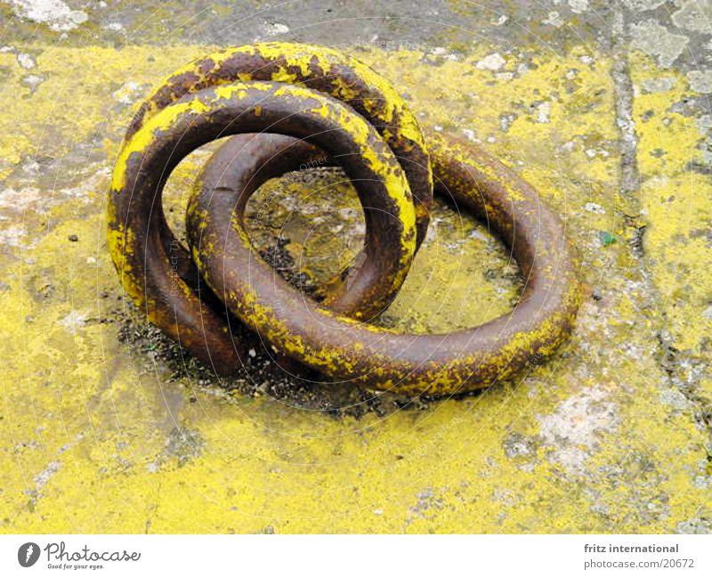 Alte Liebe rostet nicht Hafen Rost alt gelb Farbe Sprichwort obskur Kreis Farbfoto grau Anlegestelle Menschenleer Textfreiraum unten rund