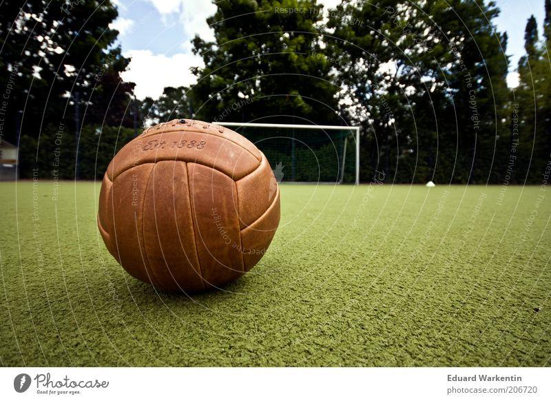 damals alt braun Freizeit & Hobby liegen Fußball retro Ball Sportrasen Spielfeld historisch Tor Fußballplatz Ballsport Sportplatz