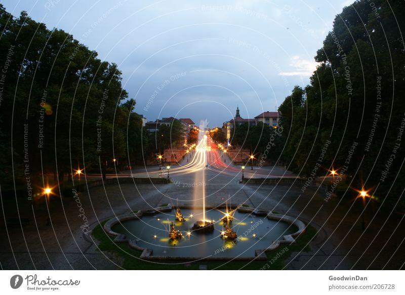 long exposure - wo bin ich? Wasser Verkehr leuchten Brunnen Wasserfontäne Licht Langzeitbelichtung Abend Abenddämmerung Springbrunnen Lichtstreifen Leuchtspur