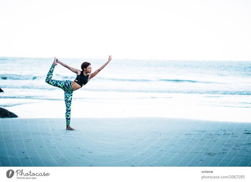 Junger sportlicher weiblicher Erwachsener, der Yogahaltung auf Strand tut Mensch Frau Meer Freude Lifestyle Sport feminin Freizeit & Hobby Fitness stark