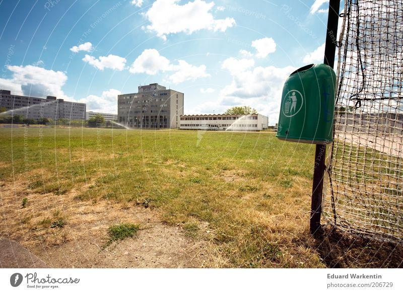 save the planet Sportstätten Himmel Wolken Klima Wetter Gras Menschenleer Park Umweltschutz Berlin Müllbehälter entsorgen Rasen Grünfläche Sportrasen Spielfeld