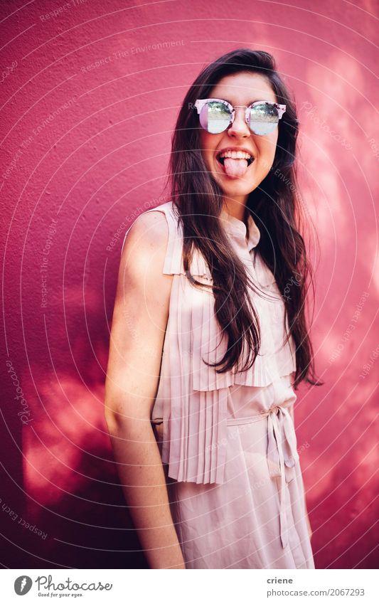 Glückliche junge Frau, die heraus ihre Zunge ausdehnt Lifestyle Freude Mensch feminin Junge Frau Jugendliche Erwachsene 1 18-30 Jahre Sonnenbrille brünett