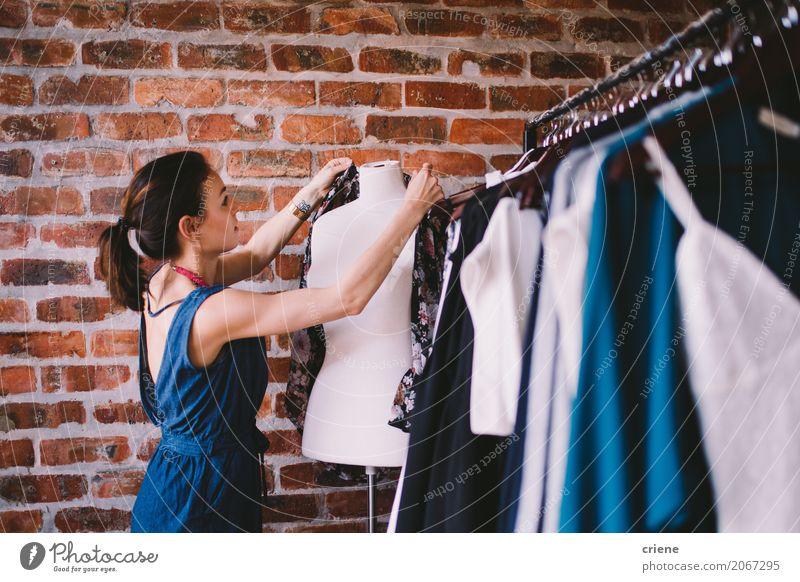 Junger weiblicher Erwachsener, der in Mode Butike arbeitet Lifestyle kaufen Stil Design Arbeit & Erwerbstätigkeit Business Mittelstand feminin Junge Frau
