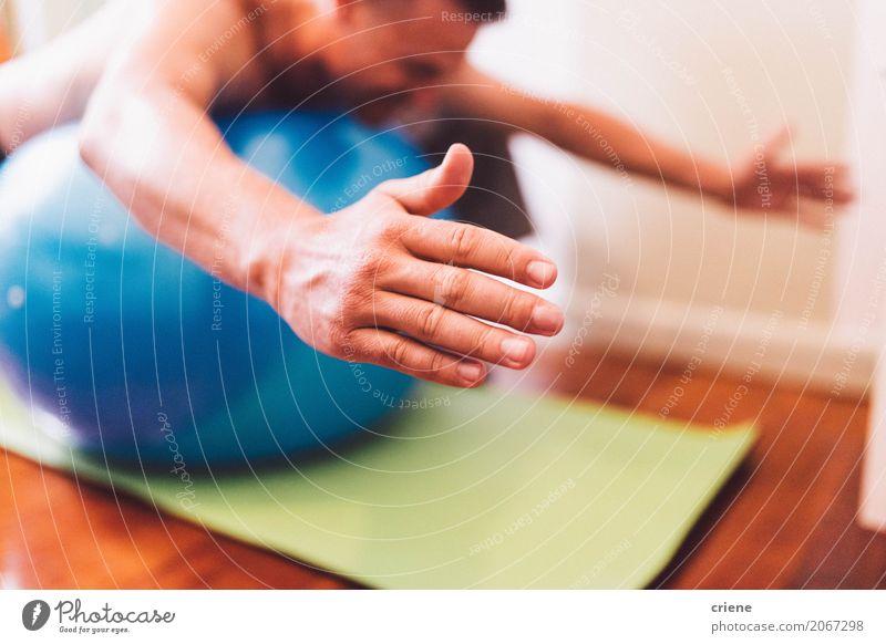 Mann, der balancierende Übung auf Ball tut Körperpflege Gesundheit Gesundheitswesen Behandlung sportlich Fitness Wellness Leben Wohlgefühl Massage Arzt Mensch