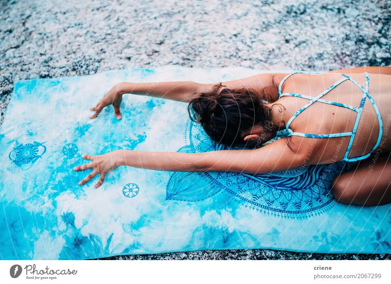Hintere Ansicht der Frau liegend auf Yogatuchmeditation Körper Wellness Meditation Sommer Sport Fitness Sport-Training Mensch feminin Junge Frau Jugendliche