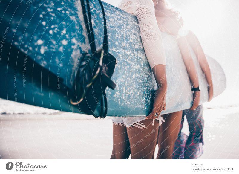 Gruppe Mädchen, die Surfbrett auf Strand halten Mensch Frau Jugendliche Sommer Sonne Meer Freude Erwachsene Lifestyle Sport feminin Sand Freundschaft