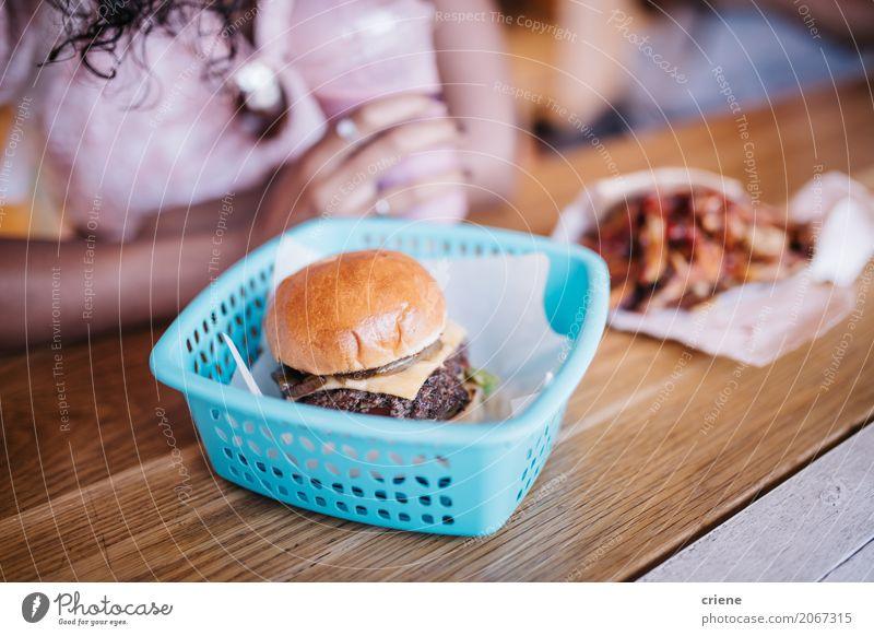 Nahaufnahme des Burgers und der Fischrogen im Restaurant Lebensmittel Fleisch Käse Brot Brötchen Essen Diät Fastfood Lifestyle Tisch Mensch feminin Frau