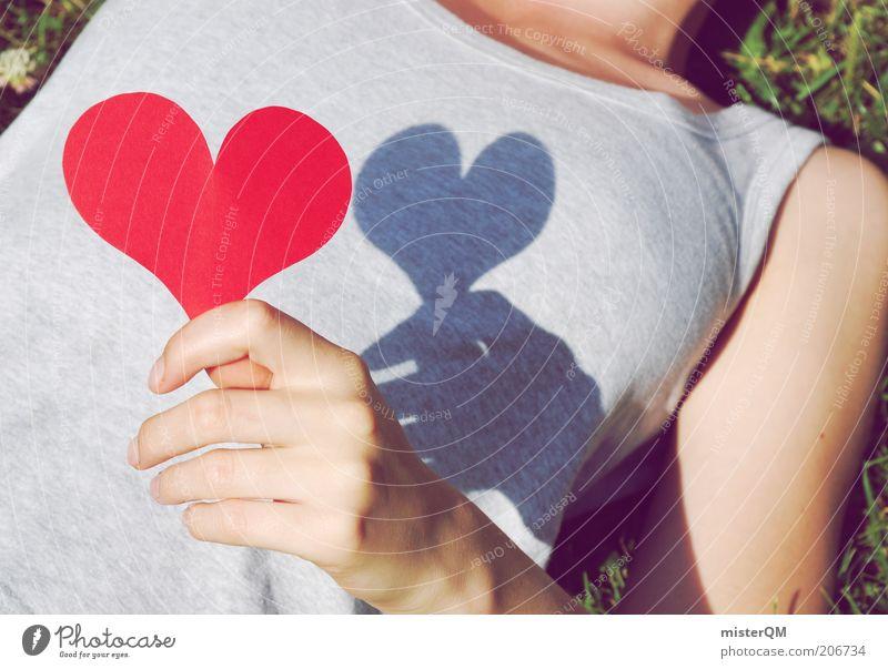 Ein Herz fassen. Frau Jugendliche grün rot Sommer Leben Wiese Gefühle Gras grau Zufriedenheit ästhetisch T-Shirt liegen Zeichen