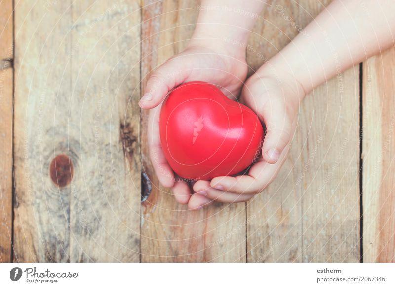 Herz in den Händen eines Kindes Mensch Hand Mädchen Lifestyle Liebe Gesundheit feminin Gesundheitswesen Zusammensein Freundschaft maskulin Frauenbrust Kindheit