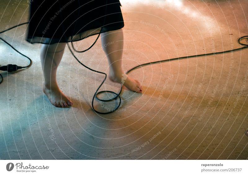 Die Füße der Sängerin Frau Mensch Freude schwarz Erwachsene Beine Stimmung Musik Fuß Tanzen frei Kabel Kultur Show Kleid Konzert