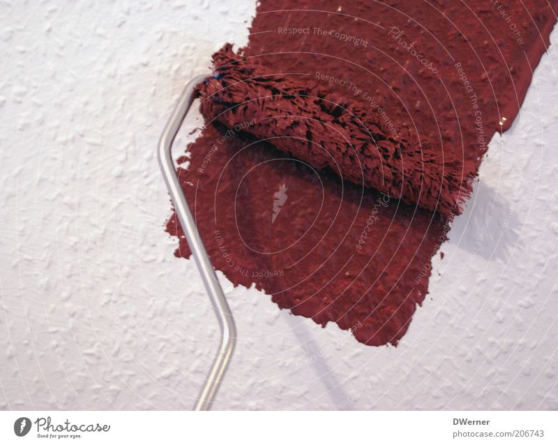 deutsches Handwerk Häusliches Leben Renovieren einrichten Mauer Wand Fassade streichen rot rein Farbstoff Rolle neu Anstrich Raufasertapete Farbe Werkzeug