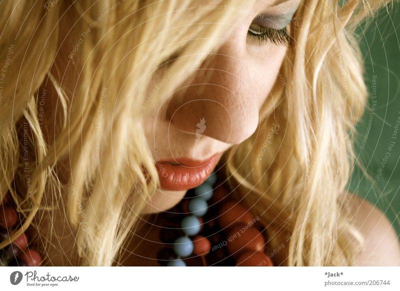 Herzensblüte Gesicht Schminke Lippenstift ruhig feminin Haare & Frisuren Auge 1 Mensch 18-30 Jahre Jugendliche Erwachsene Schmuck blond Locken grün Liebeskummer