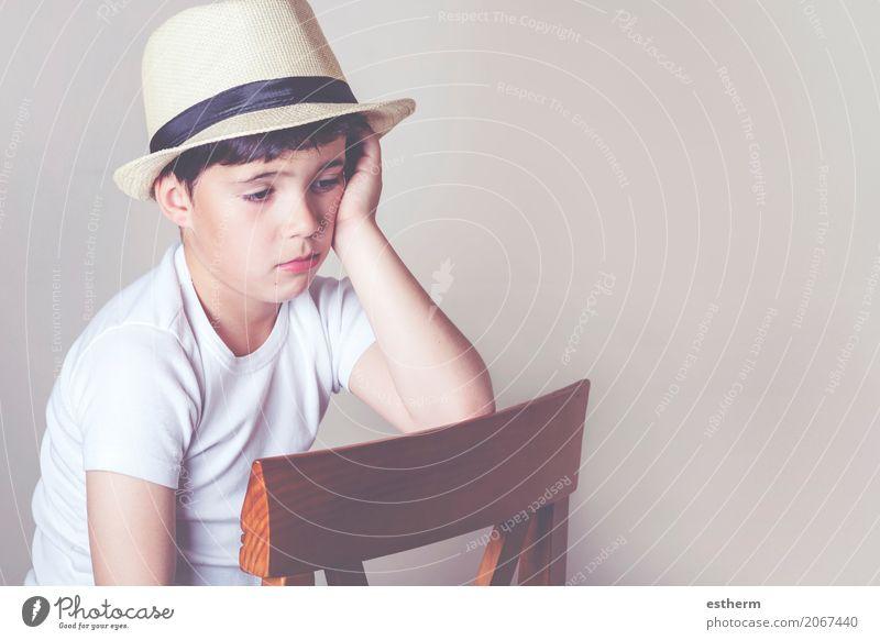 Trauriges Kind Mensch Einsamkeit Lifestyle Traurigkeit Gefühle Junge Denken träumen maskulin Kindheit sitzen Trauer Stuhl Hut Kleinkind