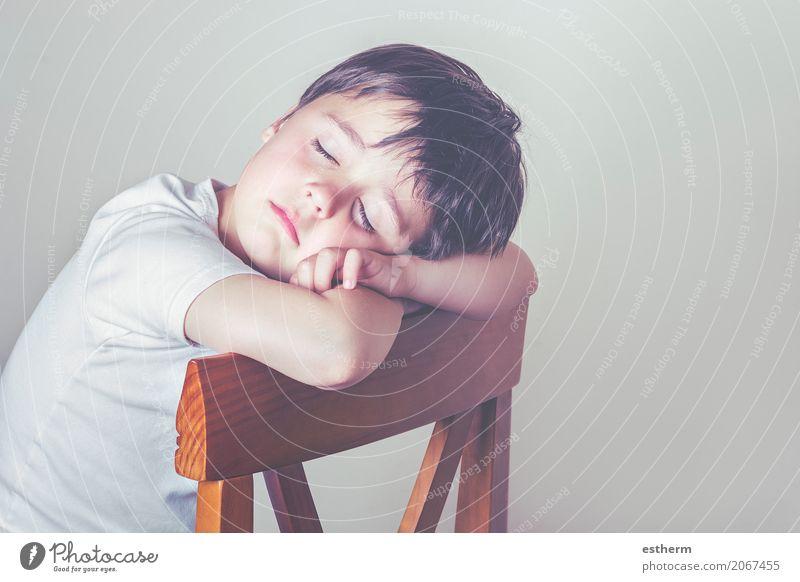 schlafendes Kind Mensch Erholung Einsamkeit Lifestyle Traurigkeit Liebe Gefühle Junge träumen maskulin liegen Kindheit sitzen Stuhl