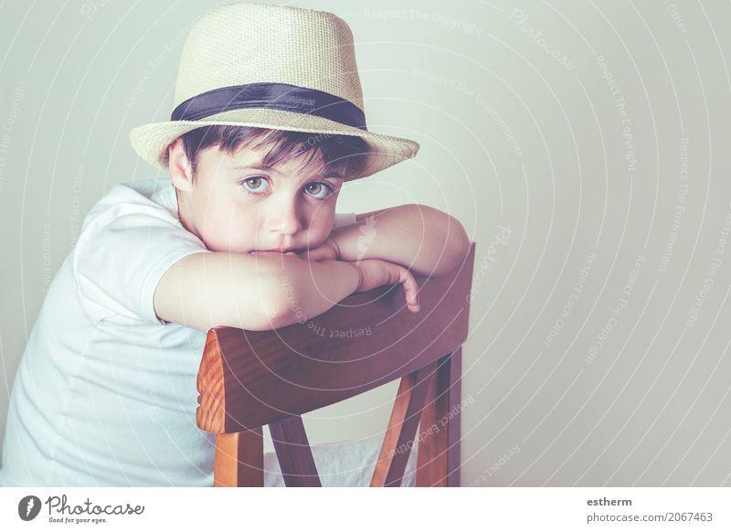 Trauriger Junge, der in einem Stuhl sitzt Lifestyle Haus Mensch maskulin Kind Kleinkind Kindheit 1 3-8 Jahre Hut sitzen kuschlig Gefühle Liebe träumen