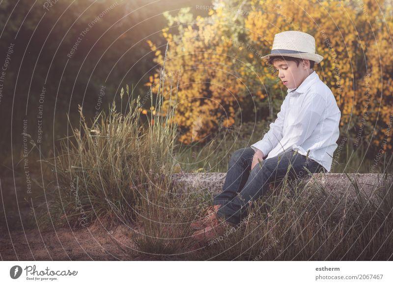 Nachdenkliches Kind Lifestyle Mensch maskulin Kleinkind Junge Kindheit 1 3-8 Jahre Natur Frühling Sommer Herbst Garten Wald Hut Denken sitzen Gefühle Liebe