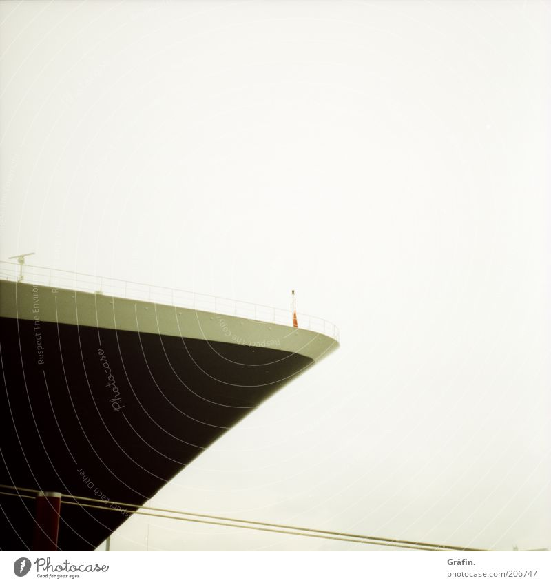 Hörst du das Horn? Kreuzfahrt Himmel Schifffahrt Passagierschiff Kreuzfahrtschiff Seil Schiffsbug Ferien & Urlaub & Reisen groß hoch Spitze grau schwarz Fernweh