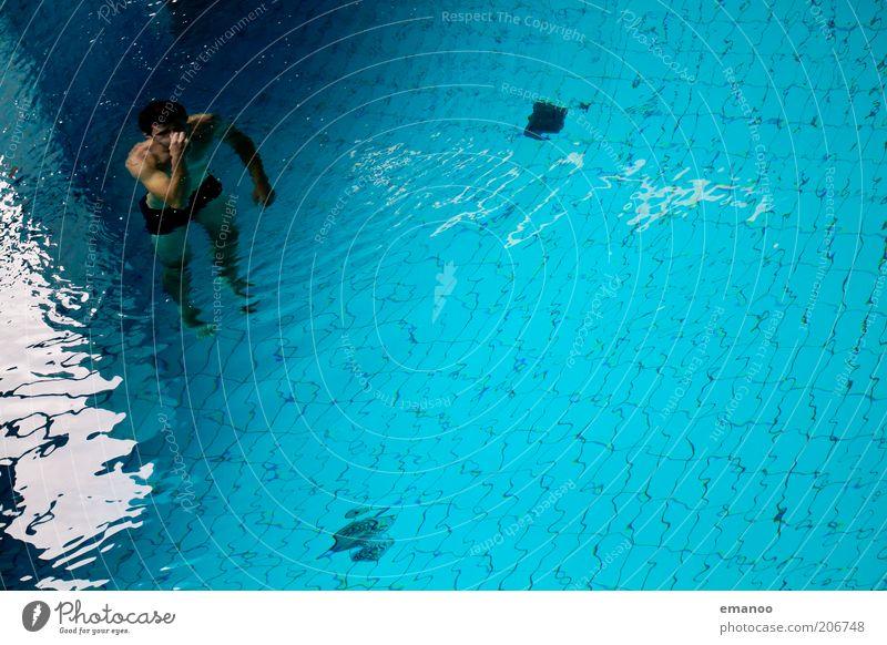 abgetaucht Freude Schwimmen & Baden Freiheit Wellen Sport Wassersport tauchen Schwimmbad Mensch maskulin Mann Erwachsene Jugendliche 1 18-30 Jahre atmen blau