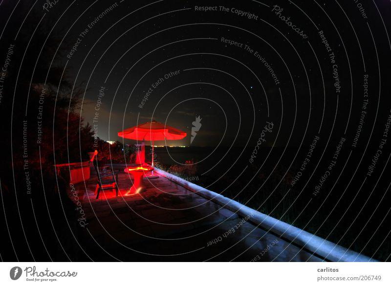 In der Hitze der Nacht ....... rot Sommer Ferien & Urlaub & Reisen schwarz dunkel hell Feuer Tisch ästhetisch Stuhl einzigartig leuchten Sonnenschirm diagonal Terrasse