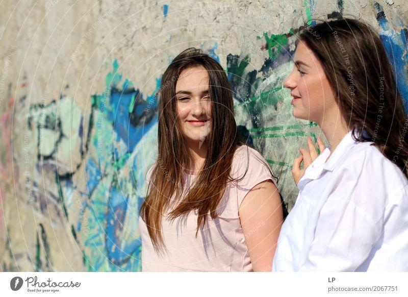 junge Mädchen reden und lächeln Lifestyle Freude schön Wellness Leben harmonisch Wohlgefühl Zufriedenheit Sinnesorgane Erholung Freizeit & Hobby Feste & Feiern