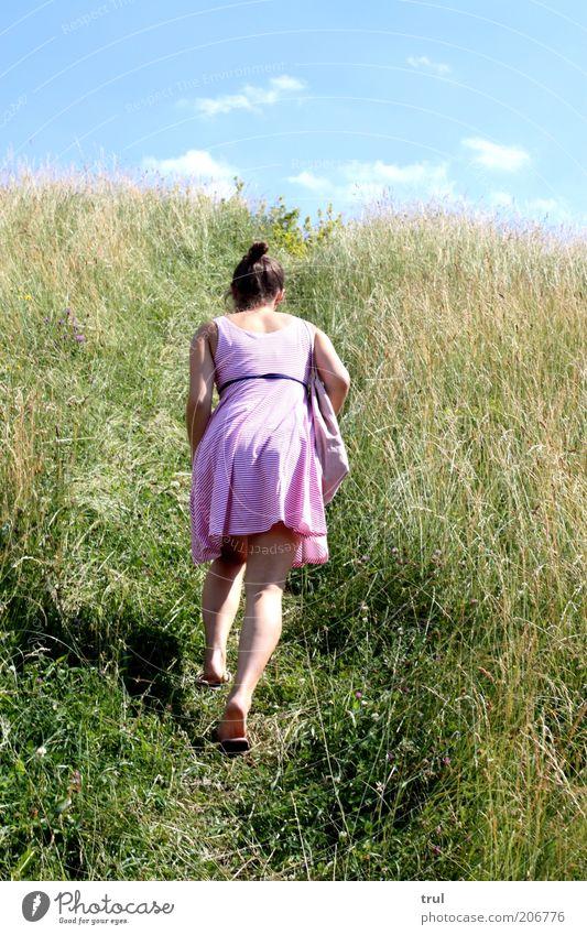 In den Himmel tauchen feminin Junge Frau Jugendliche 1 Mensch Natur Landschaft Pflanze Sommer Schönes Wetter Gras Sträucher Hügel Kleid brünett Zopf Bewegung