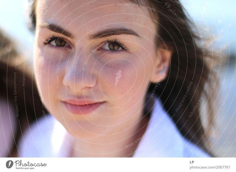 junges Mädchen lächelnd Mensch Frau Jugendliche Junge Frau schön Erholung ruhig Freude Gesicht Erwachsene Leben Lifestyle Gefühle feminin Stil