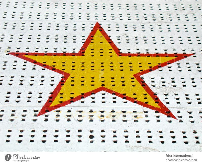 sieben esel wein Jahrmarkt Sendgericht gelb rot Spielen Graffiti Wandmalereien obskur Stern (Symbol) Münster symetrisch Symetrie Farbe Metall