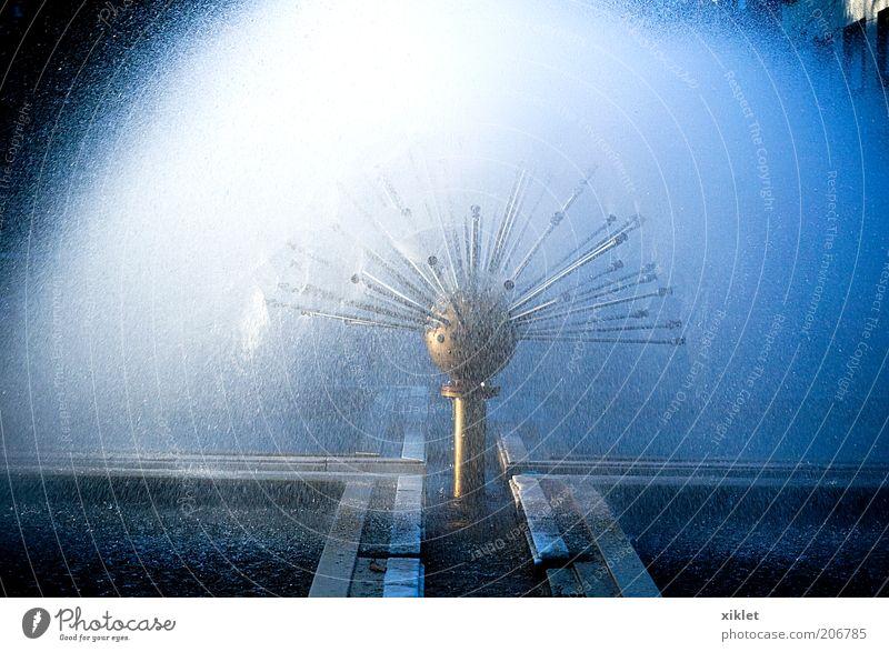 Wasser blau weiß Sonne kalt nass Coolness Tropfen Brunnen heizen Springbrunnen Licht