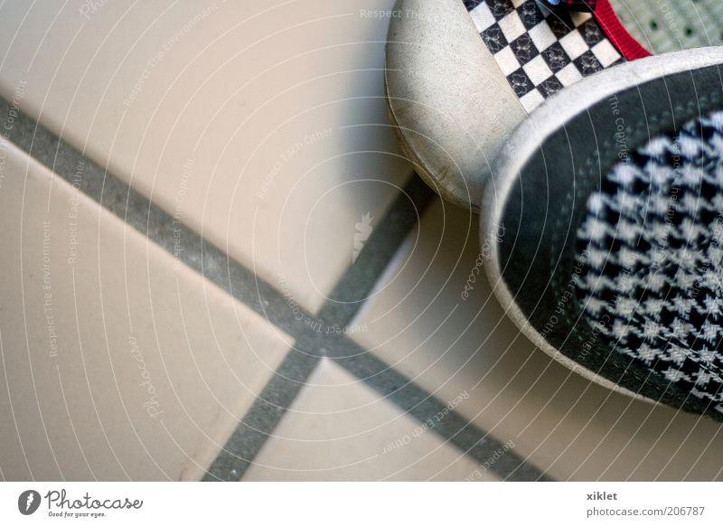 weiß rot Farbe schwarz 2 Schuhe laufen Platz Boden Streifen Sauberkeit Turnschuh heimwärts bequem