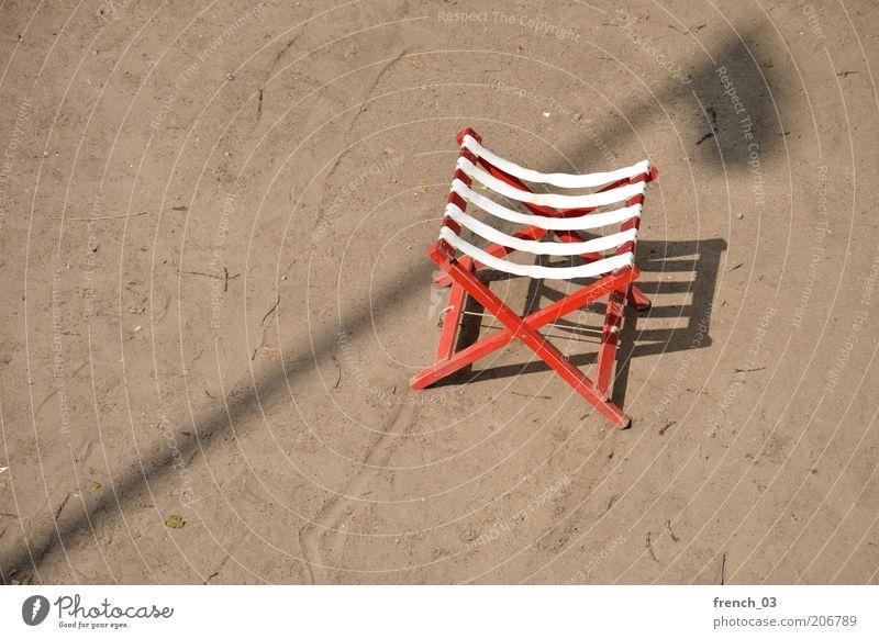 Stadturlaub Stuhl Sand Sonnenlicht Schönes Wetter Strand Holz braun rot weiß Zufriedenheit Erholung Ferien & Urlaub & Reisen Laterne Laternenpfahl Freiraum