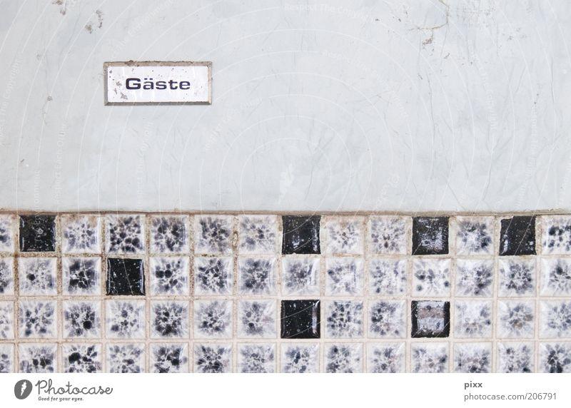 Willkommen Bad Schriftzeichen Schilder & Markierungen authentisch dreckig schwarz stagnierend Fliesen u. Kacheln Mosaik Gastfreundschaft Toilette Farbfoto