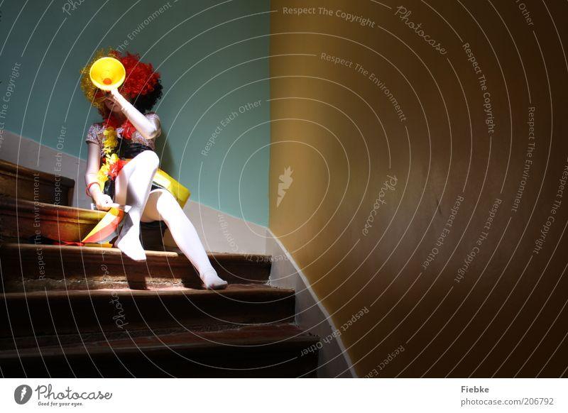 Blick nach vorn Fan Erfolg Mädchen 1 Mensch Mauer Wand Treppe Locken Perücke warten gold rot schwarz Freude Fröhlichkeit Zufriedenheit Vorfreude Optimismus