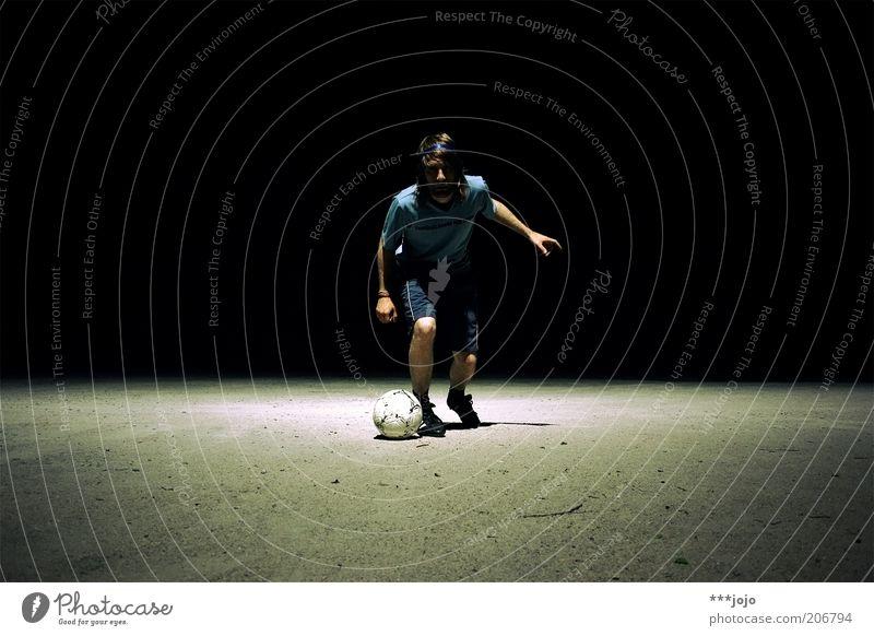 andrés. Sport Sportler Fußball Sportveranstaltung Spielen Farbfoto Außenaufnahme Textfreiraum links Textfreiraum rechts Textfreiraum oben Hintergrund neutral