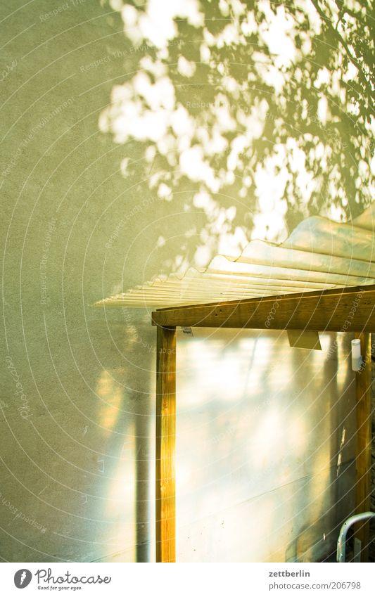 Fahrradstand mit Textfreiraum Sommer Haus Wand Wetter Dach Klarheit durchsichtig Hinterhof Wetterschutz diffus Transparente Schilder & Markierungen Natur