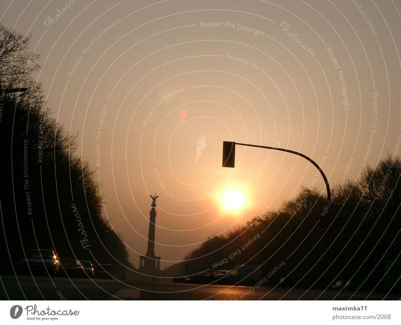 Berlin, 6:02 AM Siegessäule Morgen leer Straße