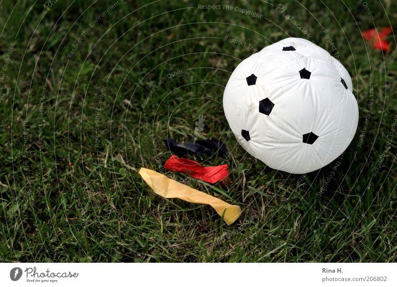 Aus die Maus rot schwarz Sport Gefühle Fußball Stimmung Deutschland gold Ball Luftballon Rasen Fahne Freizeit & Hobby verlieren Frustration Misserfolg