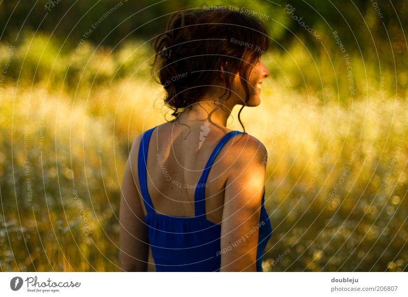 Mädchen im Abendrot feminin Frau Erwachsene Haut Gesicht Rücken 1 Mensch 18-30 Jahre Jugendliche Lächeln lachen Fröhlichkeit dünn Farbfoto Außenaufnahme