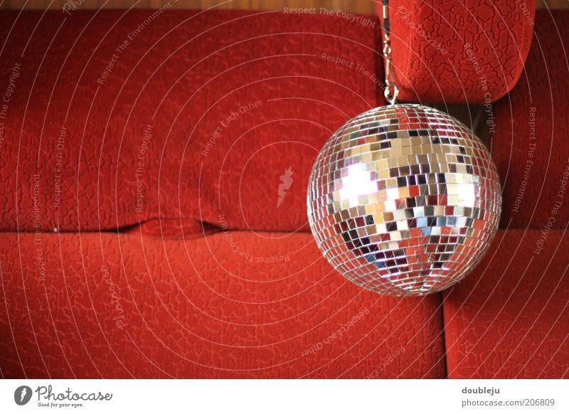 discodisco Disco kultig Kugel Discokugel rot Polster hängend angehängt Seite Sitz Detailaufnahme Symbole & Metaphern Reflexion & Spiegelung glänzend rund klein