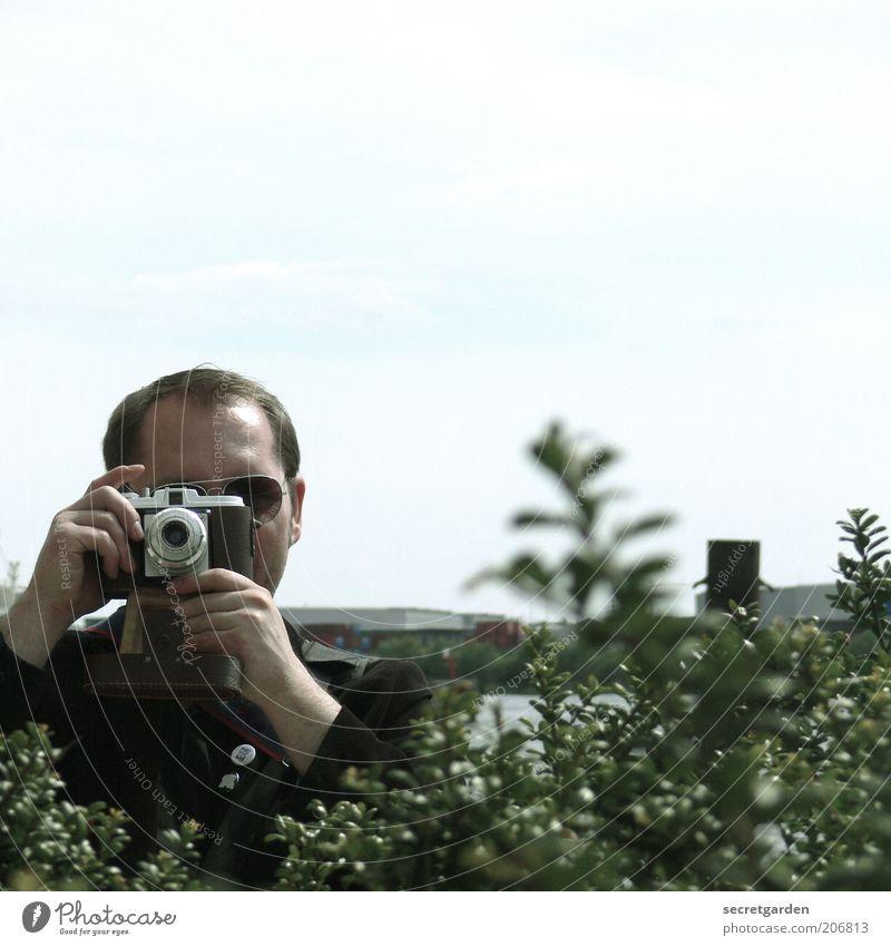 Nutze den Überraschungsmoment! Fotografieren Fotokamera Mensch maskulin Junger Mann Jugendliche 1 30-45 Jahre Erwachsene Pflanze Sommer Sträucher Grünpflanze