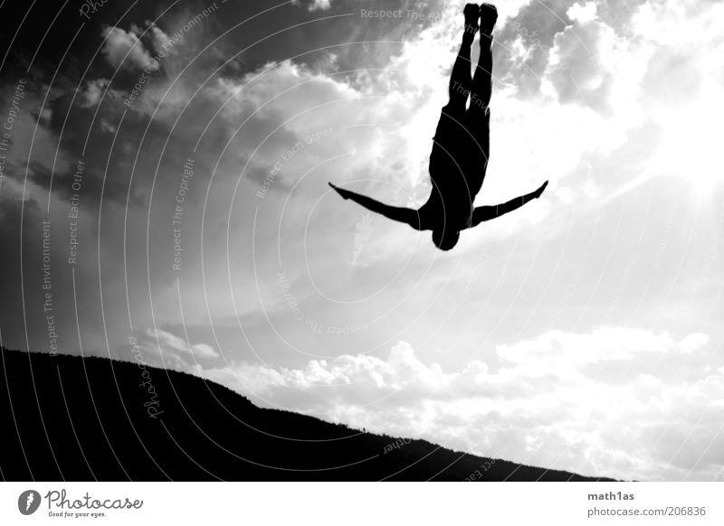 Chiemsee in den Faakersee Sport Wassersport Mensch Mann Erwachsene Arme 1 Landschaft fallen fliegen springen fantastisch schwarz Schwarzweißfoto Außenaufnahme