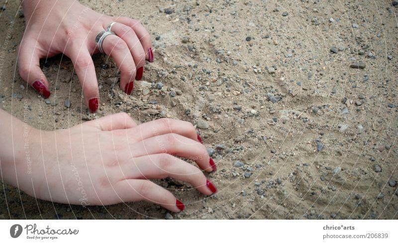 need help? Mensch feminin Frau Erwachsene Haut Arme Hand Finger Fingernagel 1 Erde Sand krabbeln machen zeichnen unten grau rot anstrengen Farbfoto